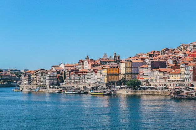 Szeroki Strzał łodzie Na Ciele Wodni Pobliscy Domy I Budynki W Porto, Portugalia Darmowe Zdjęcia
