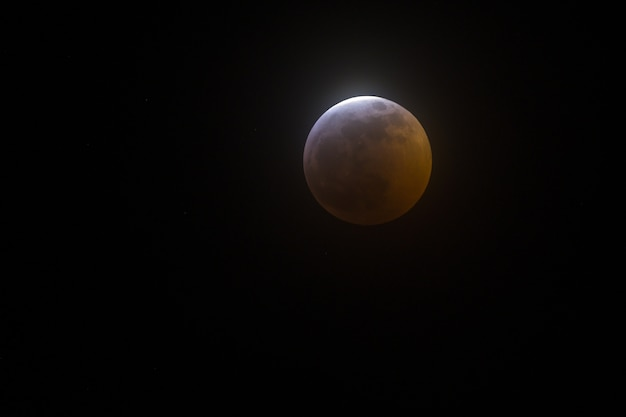 Szeroki Zbliżenie Strzał Księżyc W Pełni Na Czarnym Tle Darmowe Zdjęcia