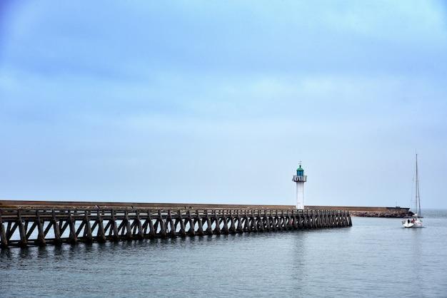 Szerokie Ujęcie Długiego Molo W Morzu Pod Pięknym Niebieskim Niebem Darmowe Zdjęcia