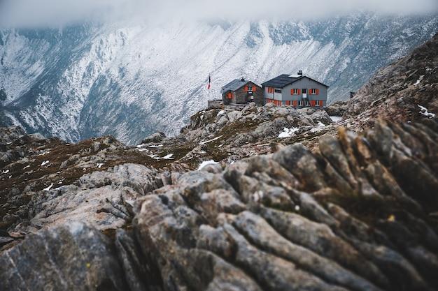 Szerokie Ujęcie Domu Na Białym Tle W Górach Objętych śniegiem W Capanna Cadlino Darmowe Zdjęcia