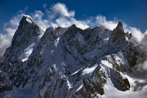 Szerokie Ujęcie Ogromnego Szczytu Całkowicie Pokrytego śniegiem, Zapierające Dech W Piersiach Darmowe Zdjęcia