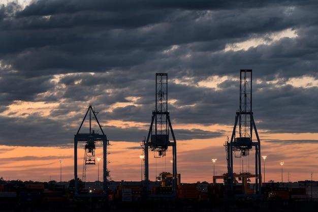 Szerokie Ujęcie Trzech Wież W Porcie Podczas Zachodu Słońca W Pochmurny Dzień Darmowe Zdjęcia