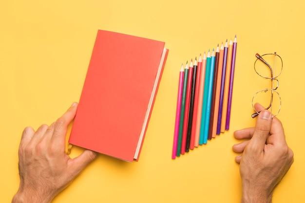 Szkicownik trzymając się za ręce z ołówków Darmowe Zdjęcia