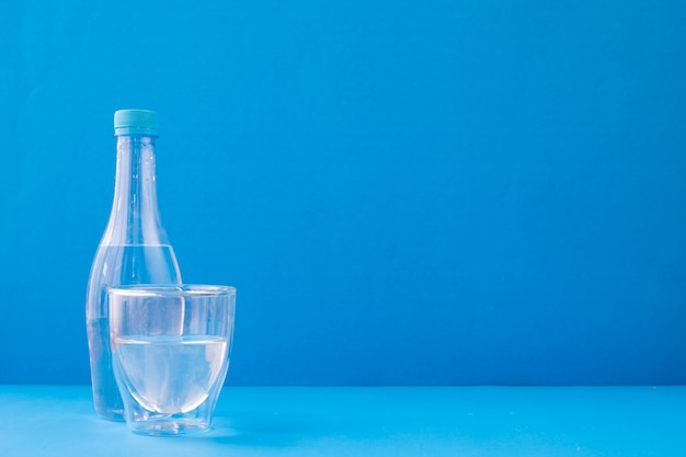 Szkła Woda Na Błękitnym Tle. Premium Zdjęcia