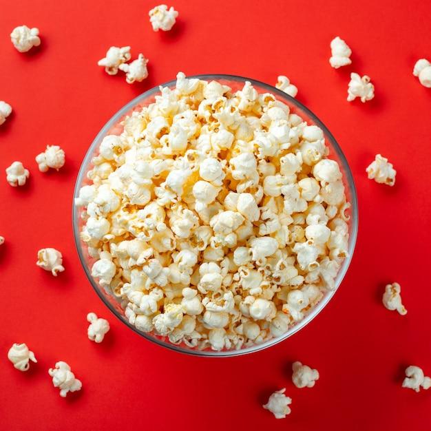 Szklana miska z solonym popcornem. Premium Zdjęcia