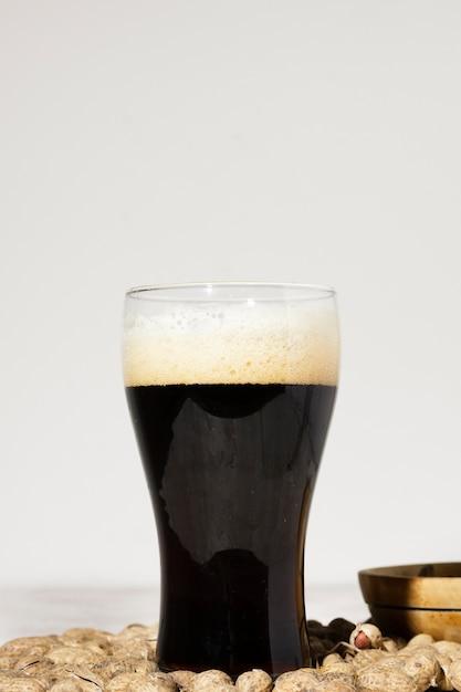 Szklana przestrzeń z piwem brune na stole Darmowe Zdjęcia