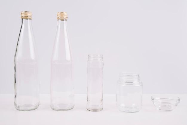 Szklane Butelki I Filiżanki Na Białym Tle Darmowe Zdjęcia
