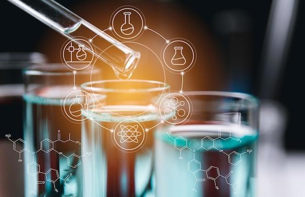 Szklane Laboratoryjne Probówki Chemiczne Z Cieczą Do Koncepcji Analitycznych, Medycznych, Farmaceutycznych I Naukowych. Premium Zdjęcia