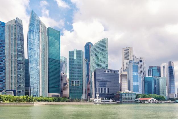 Szklane wysokie drapacze chmur w centrum singapuru na nabrzeżu. Premium Zdjęcia