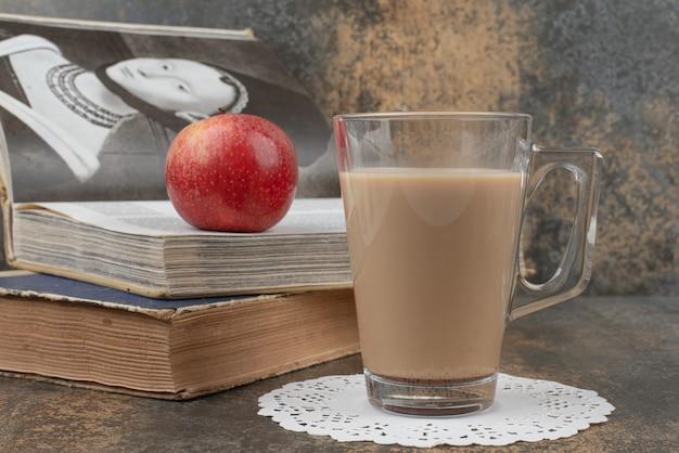 Szklanka Gorącej Kawy Z Jednym Czerwonym Jabłkiem I Książkami Na Marmurowej Powierzchni. Darmowe Zdjęcia