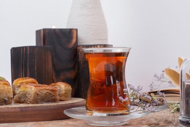 Szklanka Herbaty I Tradycyjne Różne Baklavy Na Marmurowym Stole. Darmowe Zdjęcia