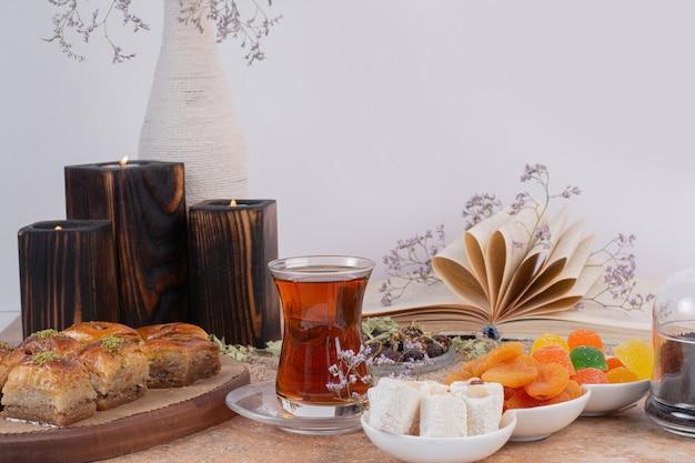 Szklanka Herbaty, Słodyczy I Różnych Tradycyjnych Baklav Na Marmurowym Stole. Darmowe Zdjęcia