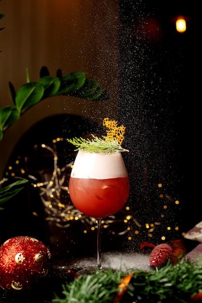 Szklanka Koktajlu Cytrusowego Przyozdobionego Liśćmi Sosny W Wigilię Bożego Narodzenia Darmowe Zdjęcia