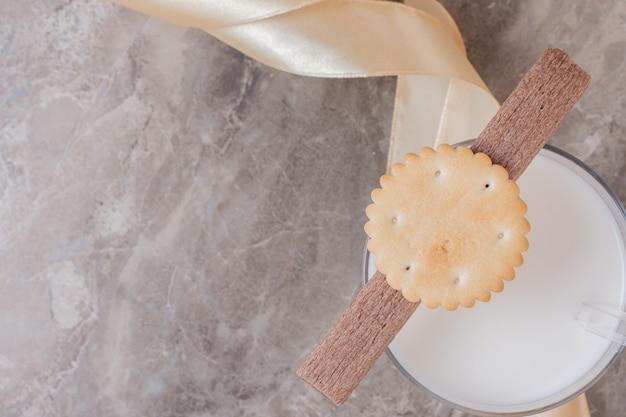 Szklanka Mleka Z Ciastkami Na Marmurowym Stole. Darmowe Zdjęcia