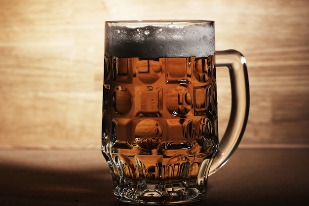 Szklanka Piwa Na Powierzchni Drewnianych Darmowe Zdjęcia