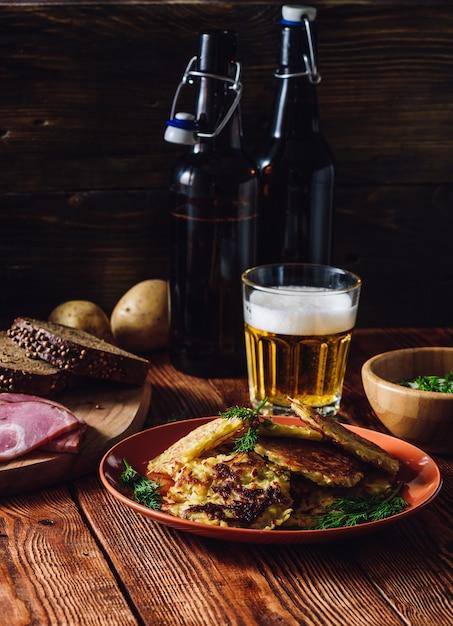 Szklanka Piwa Z Naleśnikami Ziemniaczanymi I Przekąskami Premium Zdjęcia