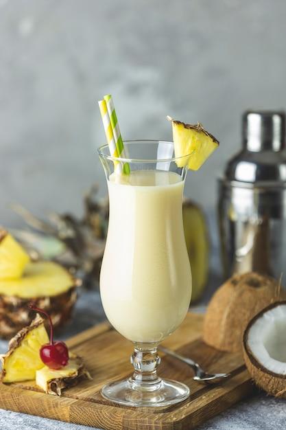 Szklanka Smacznego Tradycyjnego Karaibskiego Koktajlu Frozen Pina Colada Premium Zdjęcia