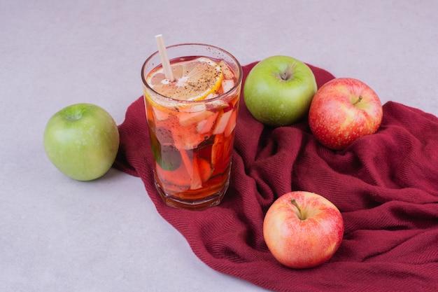 Szklanka Soku Z Jabłkami Na Czerwonym Ręczniku Darmowe Zdjęcia