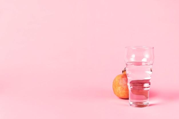 Szklanka wody i owoców granatu Darmowe Zdjęcia