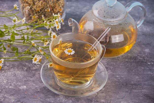 Szklanka zdrowej ziołowej herbaty rumiankowej. Premium Zdjęcia