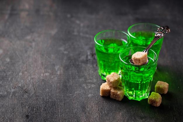 Szklanki absyntu z brązowym cukrem Premium Zdjęcia