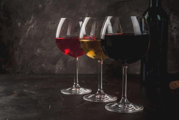Szklanki Czerwonego, Różowego I Białego Wina Premium Zdjęcia