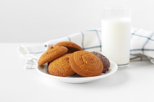 Szklanki Mleka I Ciasteczka Herbatniki Z Lekką ściereczką Kuchenną Premium Zdjęcia