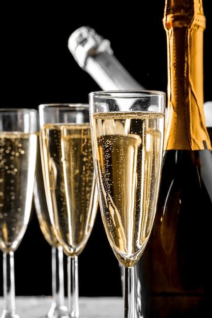 Szklanki szampana z butelką Premium Zdjęcia
