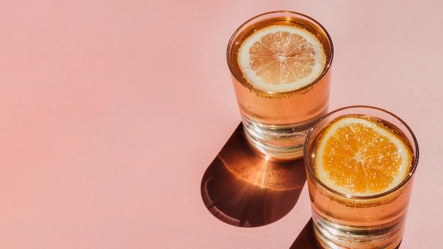 Szklanki Wypełnione Wodą I Plastry Pomarańczy I Miejsca Kopiowania Darmowe Zdjęcia