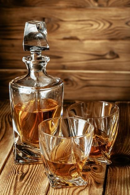 Szklanki Z Koniakiem, Whisky Stoją Na Barze Premium Zdjęcia