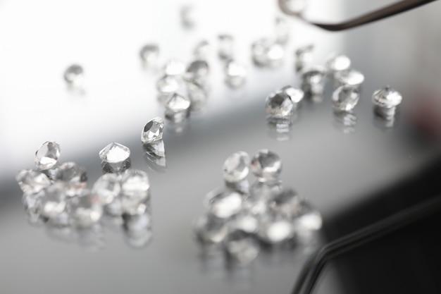 Szklany Kamień Na Przezroczystym Stole Premium Zdjęcia