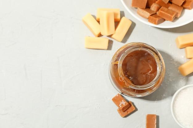 Szklany Słój Z Solonym Karmelem I Cukierków Przestrzenią Dla Teksta Premium Zdjęcia