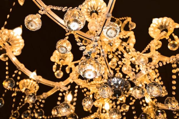 Szklany świecznik odizolowywający nad czarnym backgroun Premium Zdjęcia