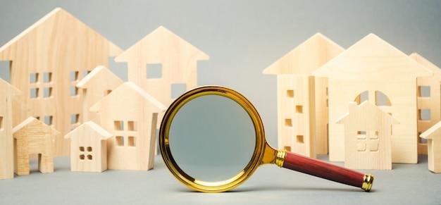 Szkło powiększające i drewniane domy. Premium Zdjęcia