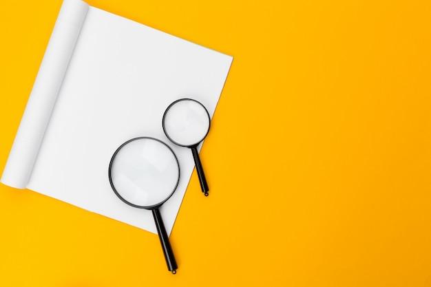 Szkło Powiększające Na żółto Premium Zdjęcia