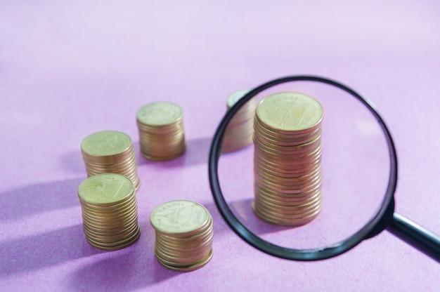 Szkło powiększające z koncepcji wyszukiwania pieniędzy Premium Zdjęcia