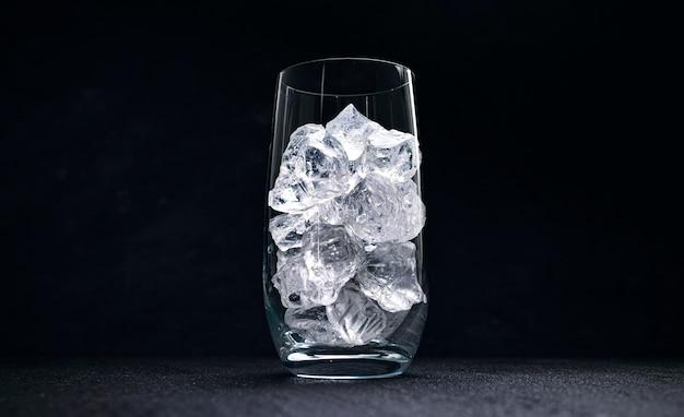 Szkło Z Kruszonym Lodem Na Czarnym Tle Premium Zdjęcia