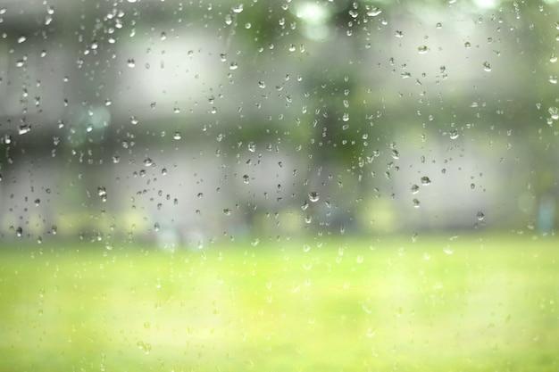 Szkło z naturalnymi kroplami wody. abstrakcyjne tło. Premium Zdjęcia