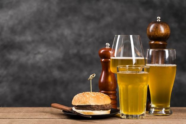 Szkło Z Piwem I Hamburgerem Darmowe Zdjęcia