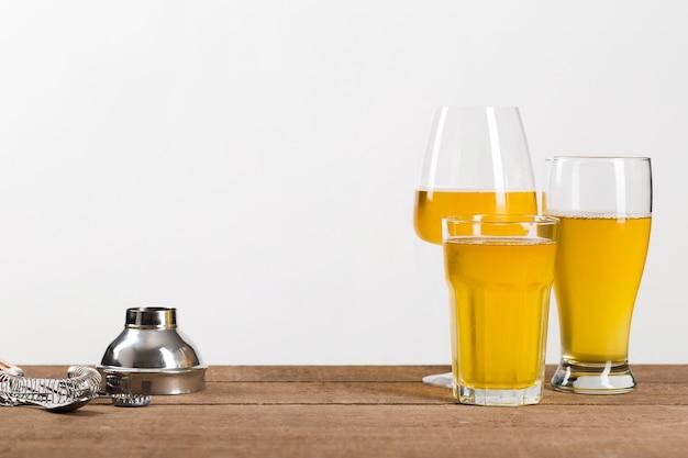 Szkło Z Piwem Na Stole Darmowe Zdjęcia