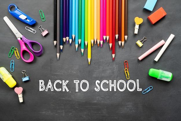 Szkoła Dostarcza Na Tle Czarnej Tablicy. Powrót Do Koncepcji Szkoły Premium Zdjęcia