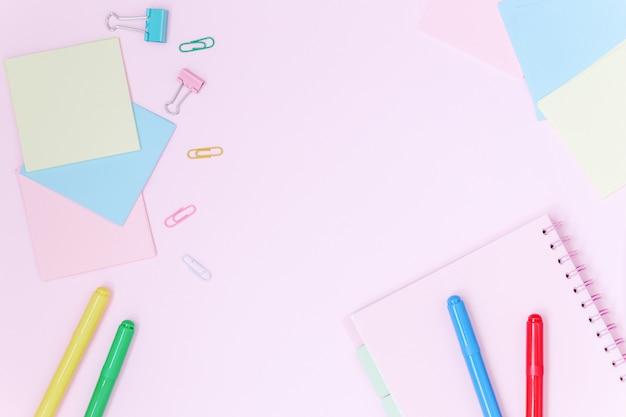 Szkolne Biurko Z Kolorowymi Papeteriami Na Różowym Tle. Premium Zdjęcia