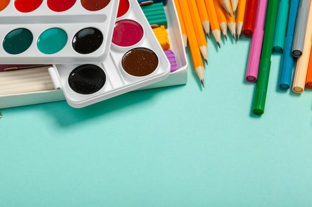 Szkolne Dostawy Przy Kolorową Tło Teksturą Premium Zdjęcia