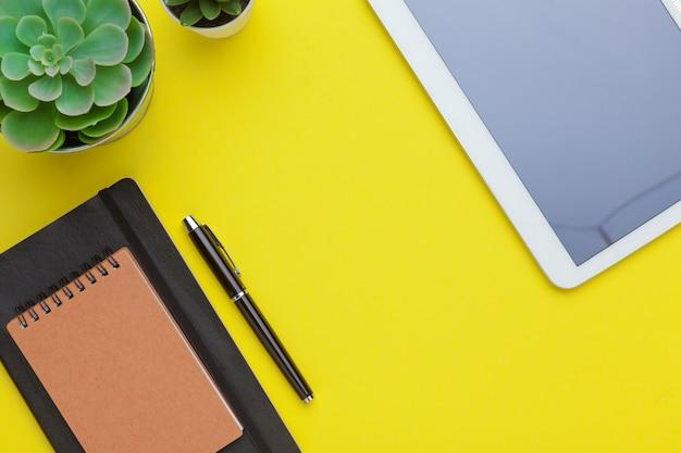 Szkolny materiały na żółtym stole, tło. kreatywny, edukacyjny kolorowy szablon Premium Zdjęcia