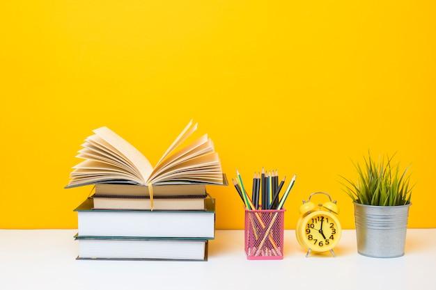 Szkolny Wyposażenie Na żółtym Tle, Edukaci Tła Pojęcie Szkolny Wyposażenie Na żółtym Tle, Edukaci Tła Pojęcie Premium Zdjęcia