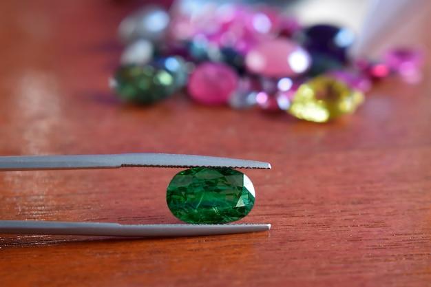 Szmaragdowo Zielony Jest To Naturalny Zielony Kamień Szlachetny, Rzadki I Drogi Klejnot Premium Zdjęcia