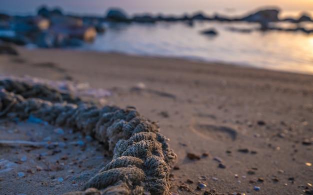Sznur Związany Na Piaszczystej Plaży Premium Zdjęcia