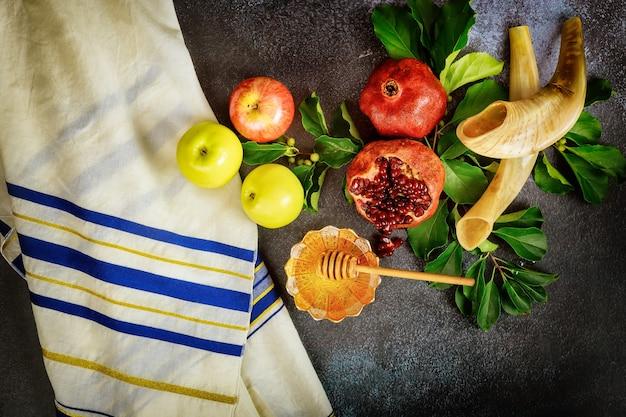 Szofar I Jedzenie Z Talitem Na żydowskie święto Rosz Ha-szana. Widok Z Góry. Premium Zdjęcia