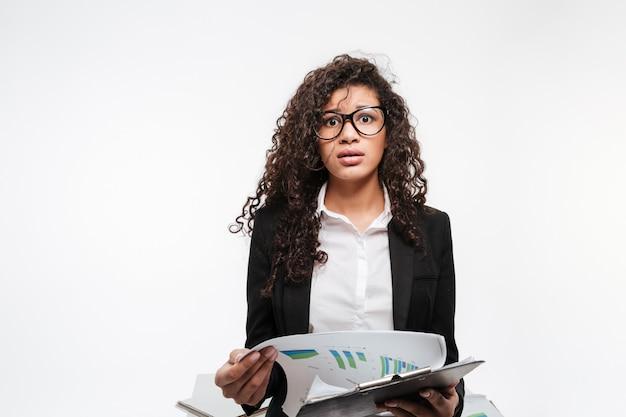 Szokująca Afrykańska Biznesowa Dama Jest Ubranym Szkła Czyta Gazette Darmowe Zdjęcia