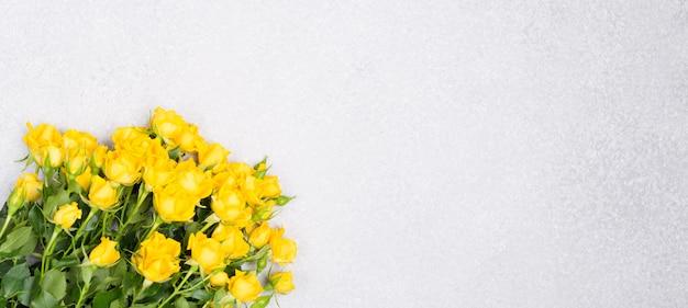 Sztandar Wiosny Lata Pojęcie Z żółtymi Różami Kwitnie Na Bielu Stołu Tła Odgórnego Widoku Bezpłatnej Przestrzeni Kopii Przestrzeni Premium Zdjęcia